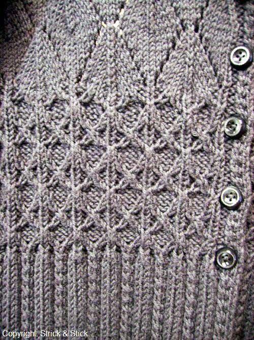 Long-Jacke aus vielen klassischen Garnen nachzustricken. Die Ärmel haben eine angedeutete Trompetenform, der Taillenbereich wird durch harmonisch ineinandergreifende Muster betont..