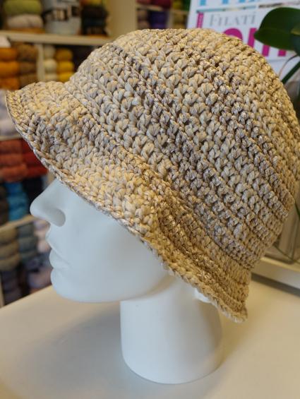 Häkelhut, gefertigt aus einem unserer Nostalgie-Garne aus der Woll-Wand im Kreativ-Caffee.