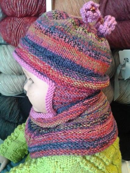 """Praktische Mütze die gleichzeitig auch Schal ist aus """"Björk"""" von Lang. Das garn gibt es in vielen schönen Farbkombinationen."""