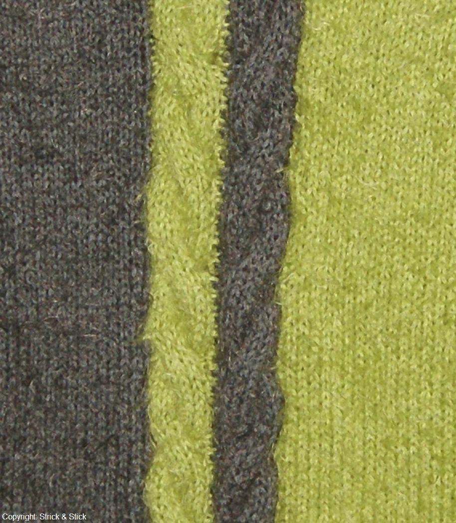 Zweifarbiger Zopfpullover aus Estivo. Das Garn hat einen Baumwollkern umhüllt mit zartem Microfaser-Flausch – ein Kuschelgarn auch für die ganz Hautempfindlichen.