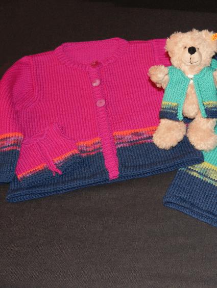 Kinderjäckchen (Zwillingsoutfit) aus der klassischen Cool Wool. Ein weiches, maschinenwaschbares Merino-Garn.